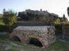 La Fonte del piano con sullo sfondo Cossignano nelle Terre del Piceno