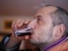 Massimo Giannetti mentre beve il vino da lui prodotto
