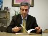 Sergio Corradetti mentre legge un vecchio libro sulle erbe officinali