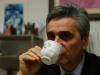 Sergio Corradetti beve una tazza di tisana all'anice verde di Castignano